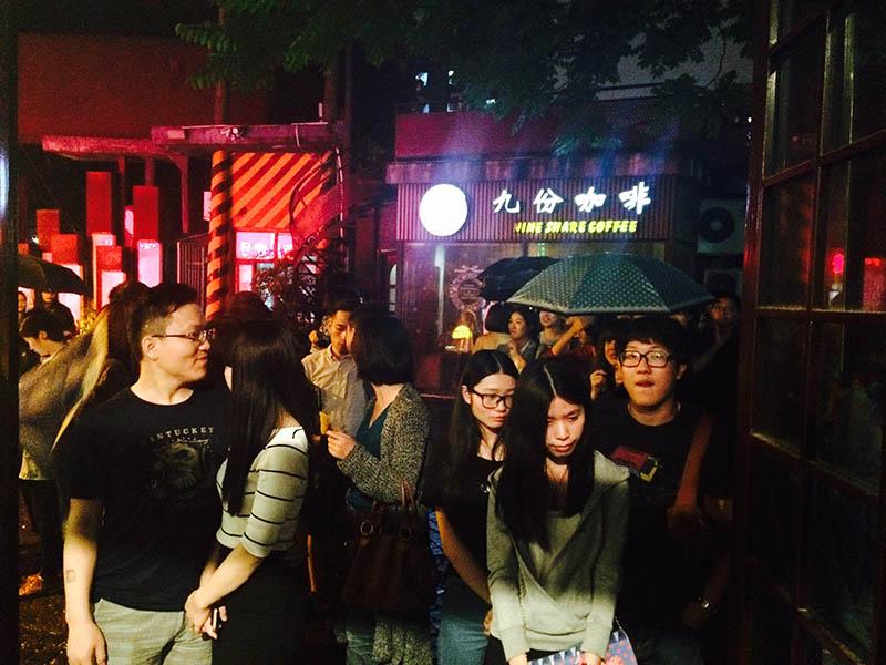 演出前在小雨中等待的人们